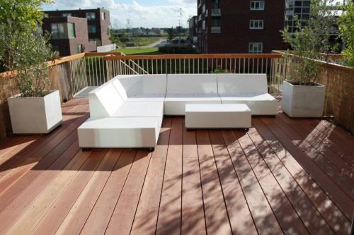 Een warme tuin in koude dagen met een terraskachel